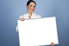 Mujer de negocios que lleva a cabo una muestra en blanco Imágenes de archivo libres de regalías