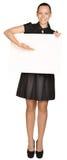 Mujer de negocios que lleva a cabo a una tarjeta blanca en blanco Imagenes de archivo
