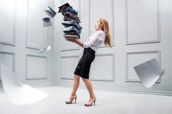 Mujer de negocios que lleva una pila de papeles Fotografía de archivo