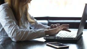 Mujer de negocios que mecanografía en el ordenador portátil, extremadamente alegre sobre la tarea terminada, sí muestra almacen de video