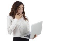 Mujer de negocios que mira al ordenador portátil chocado Foto de archivo libre de regalías