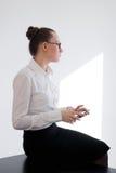 Mujer de negocios que mira el teléfono Foto de archivo libre de regalías