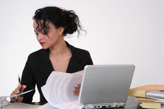 Mujer de negocios que mira en sus documentos Imágenes de archivo libres de regalías