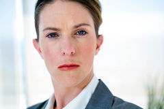 mujer de negocios que mira fijamente en la cámara Imagen de archivo