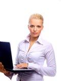 Mujer de negocios que mira la computadora portátil Imágenes de archivo libres de regalías