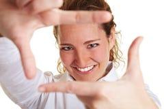 Mujer de negocios que mira a través Fotos de archivo libres de regalías
