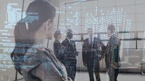 Mujer de negocios que mira a un grupo de hombres de negocios en una oficina almacen de video