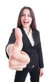 Mujer de negocios que muestra como gesto con el foco selectivo a mano Imagen de archivo