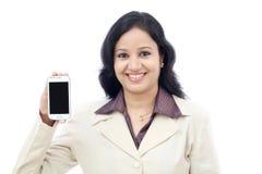 Mujer de negocios que muestra con la exhibición negra del teléfono móvil Foto de archivo libre de regalías