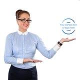 Mujer de negocios que muestra el espacio de la copia para arriba Foto de archivo
