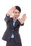 Mujer de negocios que muestra gesto de mano que enmarca Imagenes de archivo