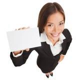 Mujer de negocios que muestra la muestra de la tarjeta en blanco Fotos de archivo