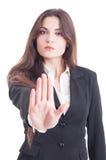 Mujer de negocios que muestra la palma como parada, estancia, la disminución o basura Imagenes de archivo