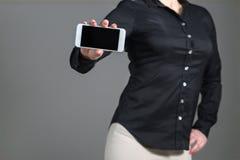 Mujer de negocios que muestra la pantalla del teléfono móvil Fotografía de archivo