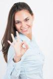 Mujer de negocios que muestra la sonrisa ACEPTABLE de la muestra de la mano feliz Fotos de archivo
