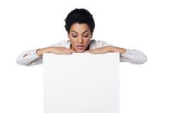 Mujer de negocios que muestra la tarjeta del crédito en blanco Fotografía de archivo