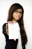 Mujer de negocios que muestra la tarjeta en blanco de la identificación Imagen de archivo