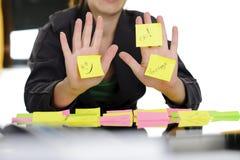 Mujer de negocios que muestra notas pegajosas Foto de archivo libre de regalías