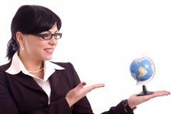 Mujer de negocios que muestra un modelo de tierra Imagen de archivo libre de regalías