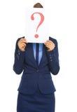 Mujer de negocios que oculta detrás de la hoja de papel con el signo de interrogación Imagen de archivo