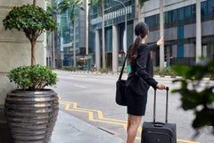 Mujer de negocios que pide taxi Imagenes de archivo