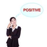 Mujer de negocios que piensa en el pensamiento positivo Imagen de archivo libre de regalías