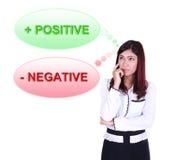 Mujer de negocios que piensa en el pensamiento positivo y negativo Imágenes de archivo libres de regalías