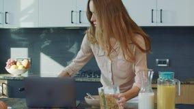 Mujer de negocios que prepara el desayuno a toda prisa Madre del primer que corre para trabajar