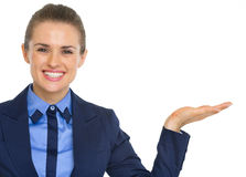 Mujer de negocios que presenta algo en la palma vacía Fotos de archivo