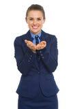 Mujer de negocios que presenta algo en la palma vacía Imagenes de archivo
