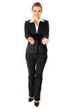 Mujer de negocios que presenta algo en las manos vacías Fotos de archivo libres de regalías