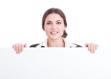 Mujer de negocios que presenta la cartulina en blanco blanca con el espacio de la copia Imagen de archivo libre de regalías