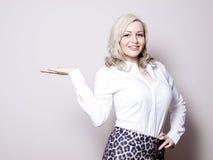 Mujer de negocios que presenta un producto Imagen de archivo