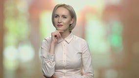 Mujer de negocios que presiona el botón en la pantalla virtual almacen de metraje de vídeo