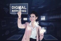 Mujer de negocios que presiona el texto de comercialización digital libre illustration