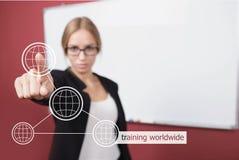 Mujer de negocios que presiona la mano que entrena a palabra mundial en la pantalla virtual Fotos de archivo
