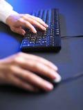 Mujer de negocios que pulsa en el teclado de ordenador Fotografía de archivo libre de regalías