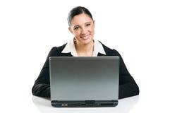 Mujer de negocios que pulsa en la computadora portátil Imagen de archivo