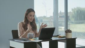 Mujer de negocios que recibe el correo electr?nico Mujer independiente que trabaja en el ordenador portátil almacen de video