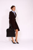 Mujer de negocios que recorre con una cartera Imágenes de archivo libres de regalías