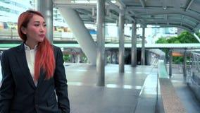 Mujer de negocios que recorre en la calle almacen de video