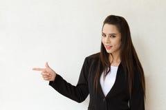 Mujer de negocios que señala en el espacio en blanco Fotografía de archivo