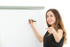 Mujer de negocios que señala hacia la audiencia durante el entrenamiento foto de archivo libre de regalías