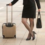 Mujer de negocios que se coloca con los bolsos en la acera Fotografía de archivo