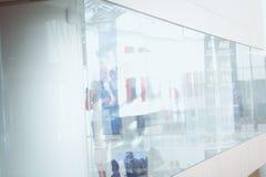 Mujer de negocios que se coloca con su personal en fondo en la oficina moderna fotos de archivo libres de regalías