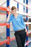 Mujer de negocios que se coloca en almacén Imagen de archivo