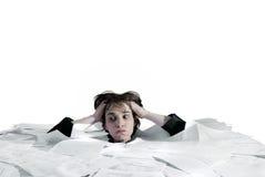Mujer de negocios que se hunde en una sobrecarga del papeleo Imágenes de archivo libres de regalías