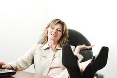 Mujer de negocios que se relaja en sitio de tarjeta foto de archivo