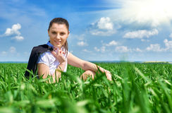 Mujer de negocios que se relaja en sol inferior al aire libre del campo de hierba verde La chica joven hermosa se vistió en el tr Fotos de archivo