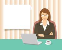 Mujer de negocios que se sienta en el escritorio de oficina Foto de archivo libre de regalías